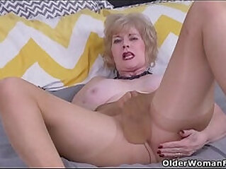 American gilf Sindee Dix gets her horny in pantyhose